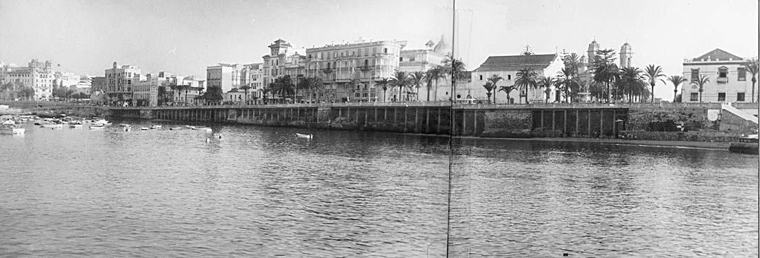 Muralla norte desde la puerta de Santa María al Foso Seco. Archivo Central de Ceuta. Fondo Salvador Gavira Vázquez.