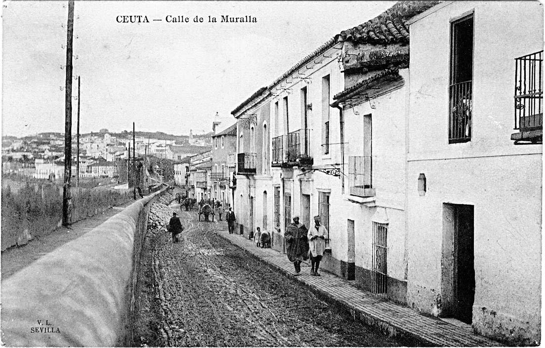 La calle de la Muralla, hoy paseo de las Palmeras, desde la esquina conO'Donnell, con su adarve o banqueta y, al fondo, las escaleras que salvaban el desnivel con el baluarte de S. Juan de Dios. Ed. Lombardía y Barreiro, aproximadamente en 1892.