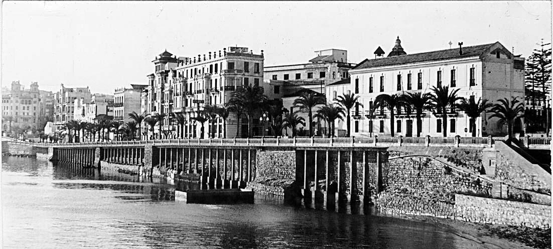 Frente de la muralla norte, con la puerta de Santa María y los voladizos en primer plano. Archivo Central de de Ceuta. Fondo Salvador Gavira Vázquez.