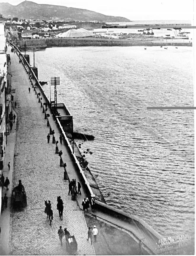 """""""Muelle de la República y calle Fermín Galán"""" en una edición postal de los años 30."""