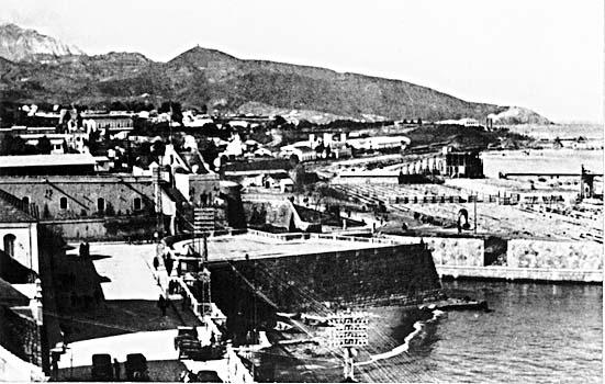 Baluarte de los Mallorquines con su playa y bajada al muelle de España con el túnel para el ferrocarril del puerto.