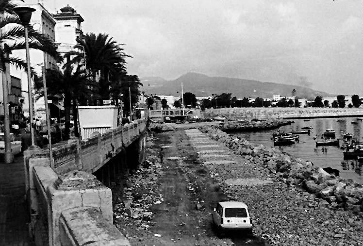 Construcción de la carretera de acceso al Club Náutico CAS en 1980. Archivo Central de Ceuta. Fondo Salvador Gavira Vázquez.