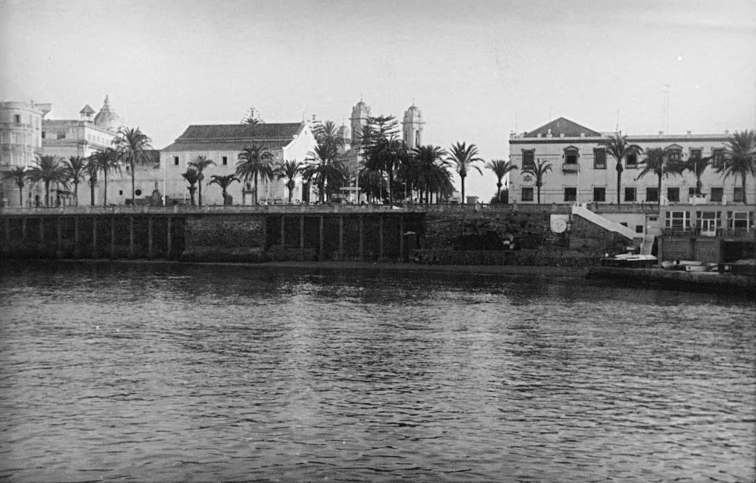 Imagen de la muralla norte con la puerta de Santa María y la muralla bañada aún por el mar. Archivo Central de Ceuta. Fondo Salvador Gavira Vázquez.