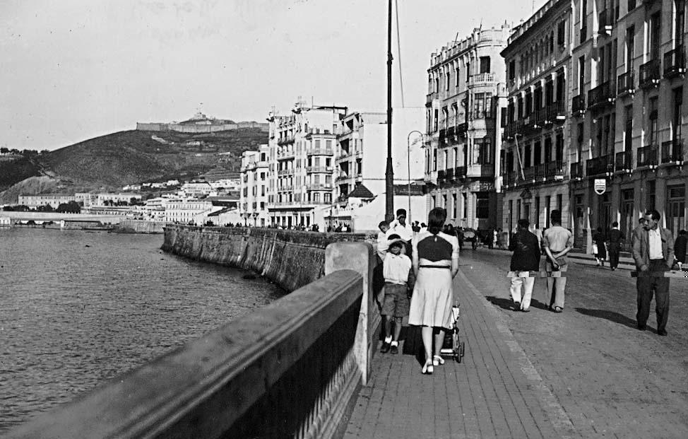Fotografía del paseo de la Marina Española, con la balaustrada en primer plano continuada por el pretil original de la muralla. Foto Rubio.