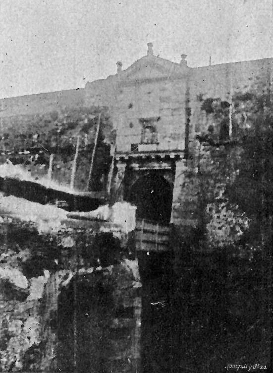 Puerta antigua del puente del Cristo demolida en 1903. Foto E. Pérez, Edición postal propiedad de Gámez y Buscató.