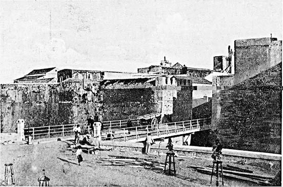 Cortina de muralla entre los baluartes de los Mallorquines y la Bandera, sin puerta y con el puente fijo (Ed. Postal Vda. de J. Martínez)