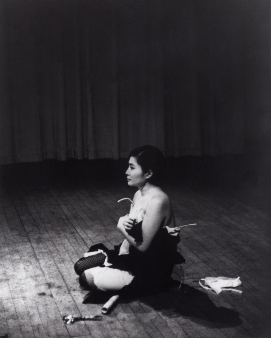 Yoko Ono, Cut piece, 1965, performance, Carnegie Hall, Nova Iorque