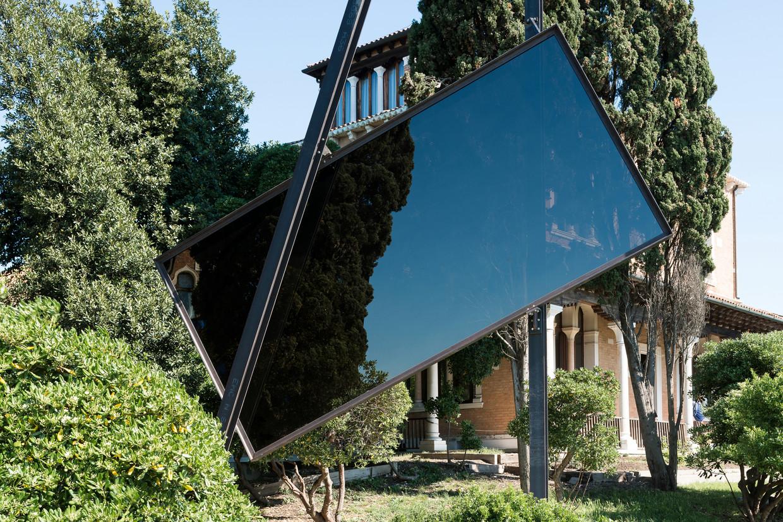 """José Pedro Croft, escultura da série """"Medida Incerta"""", 2017, espelho e ferro, 8 metros, 1700 kg"""
