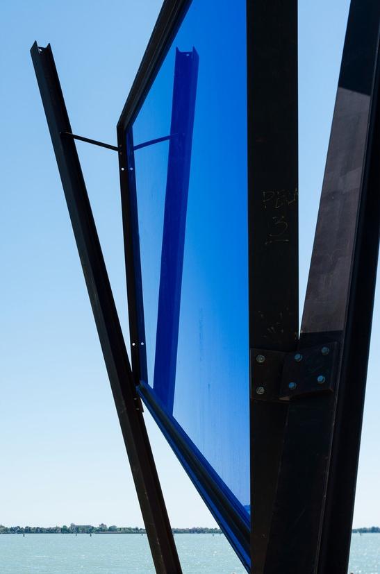 "José Pedro Croft, escultura série ""Medida Incerta"", 2017, espelho, ferro, 8 m, 1700 kg"