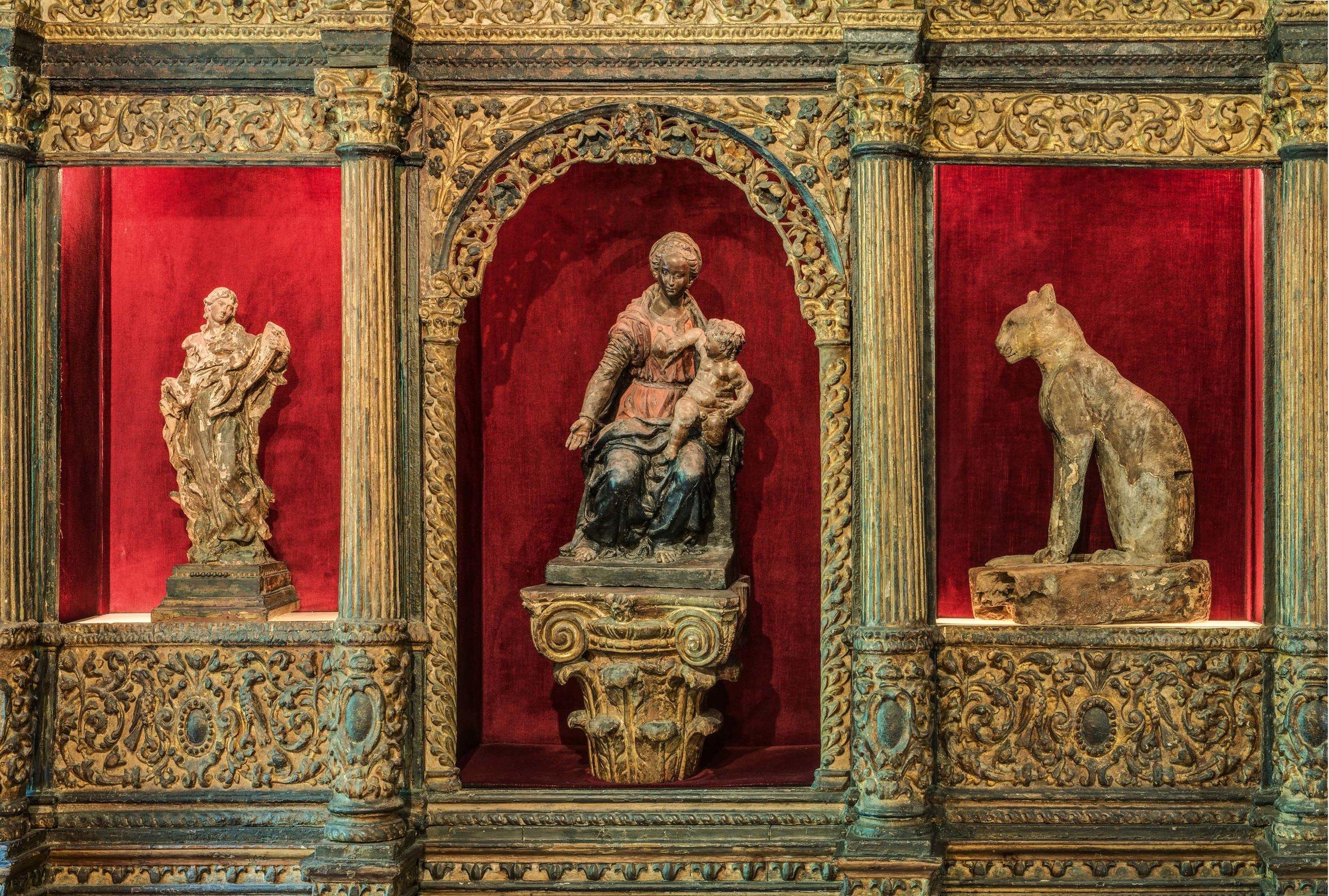 Na Coleção Eva Klabin, (esquerda) São João Evangelista, Itália, séc. XVII, (centro) Madona dos Meninos Travessos, Itália, séc. XVI e (direita)Esquife de Gato, Egito, período Ptoloma