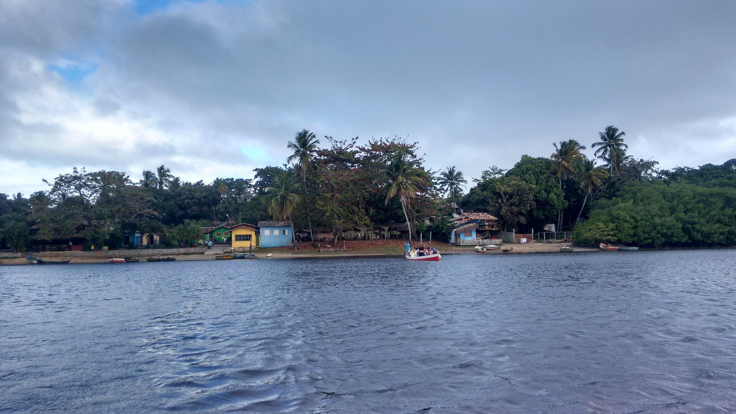 O filme mostra a visita à Caraíva, comunidade litorânea em Porto Seguro, na costa brasileira, na Bahia