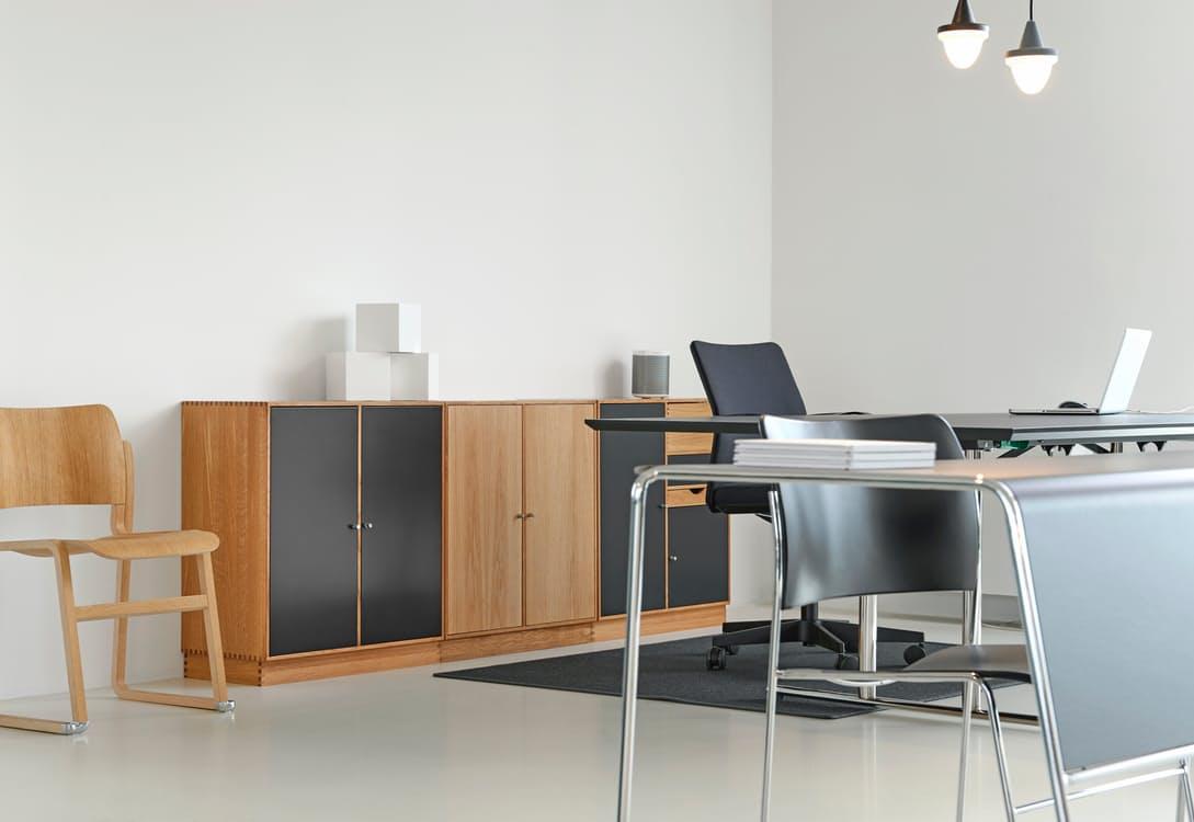 Optar por espacios abiertos y dejar que las puertas permanezcan siempre abiertas, permitirá que los empleados no sólo se vean, sino además que platiquen, bromeen, compartan y se relacionen.