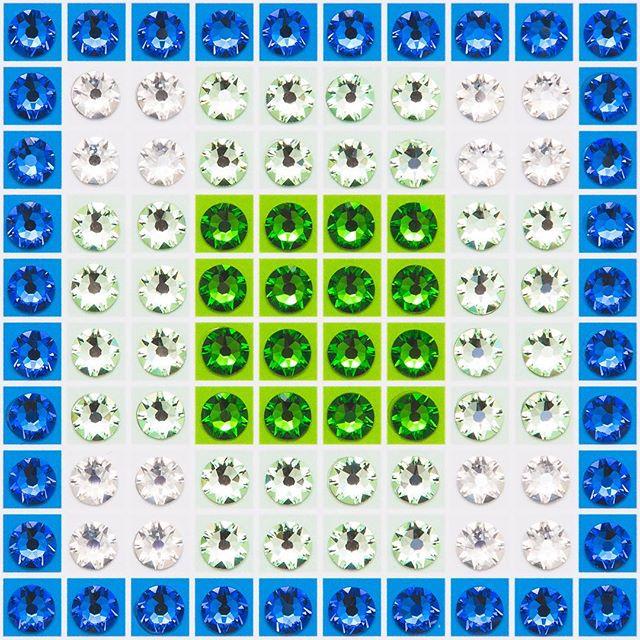 Madras Plaid Green (very close-up) Photo by @goneserious . . . #geometric #geometricart #mixedmediaart #collage #crystalart #crystalcollage #crystalmosaic #Swarovski #Swarovskicrystals #Swarovskiart #Swarovskimosaic #gridart #geometric #geometricart #mixedmediaart #gridart #plaid #textilepattern #madrasplaid #plaidart #PrintedBySkinkInk