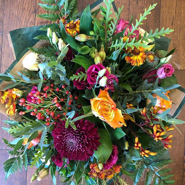 Friday feels & all the autumn 🍂 colours .....#autumn #kilmacolmflowers #wildroseflowerskilmacolm #scottishflorist #nofloralfoam