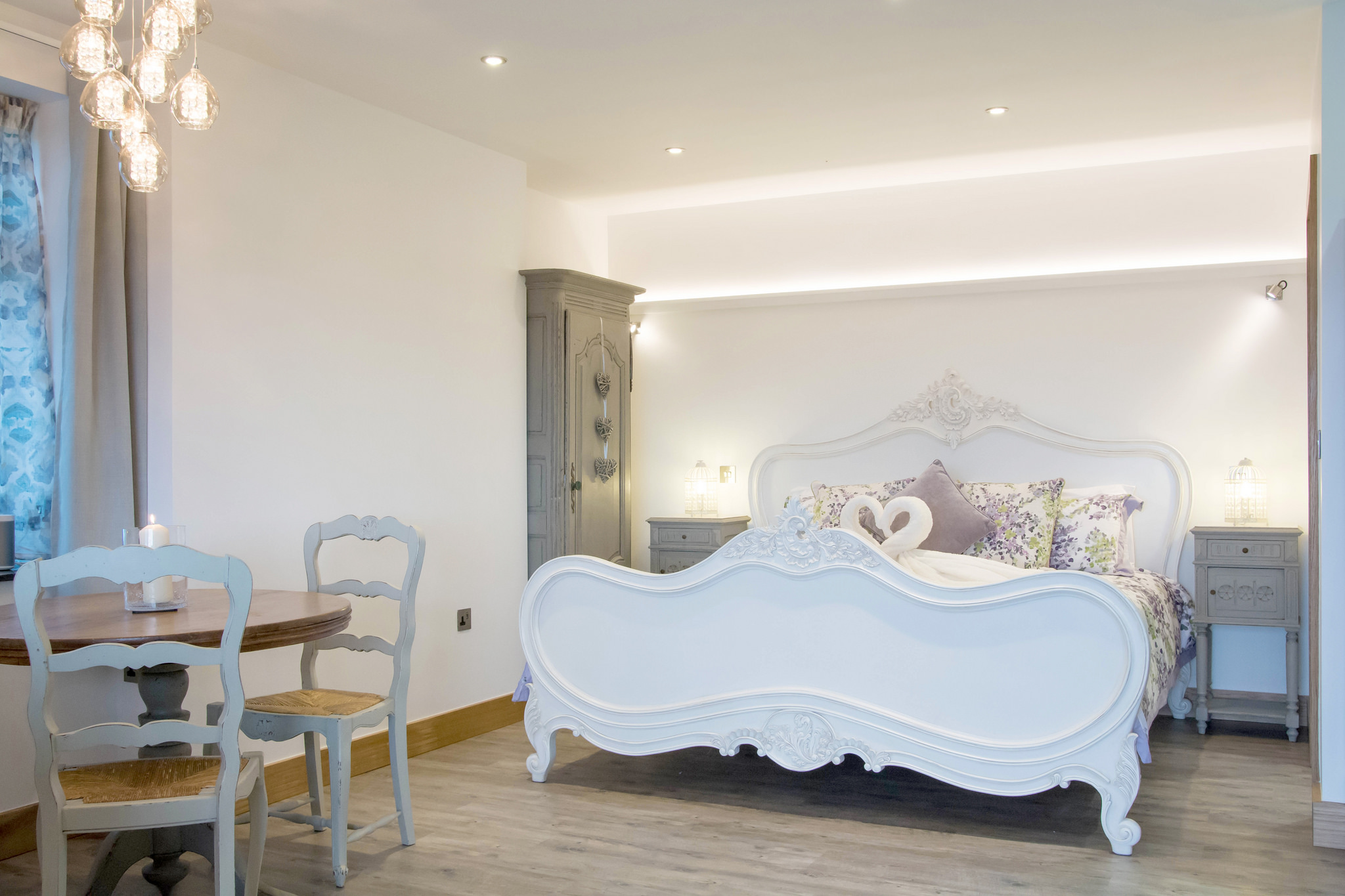 Open plan apartment with super-king size bed