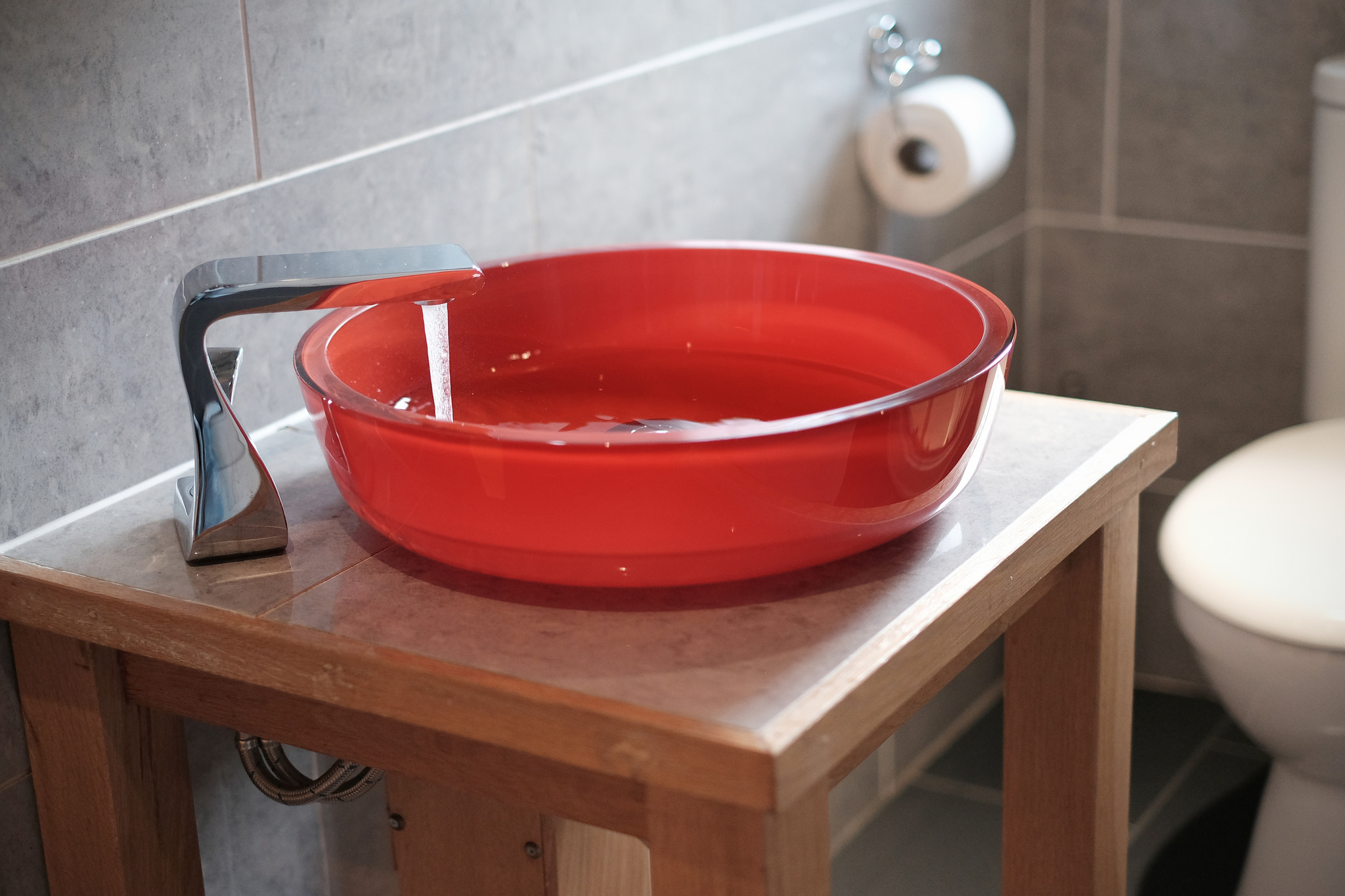 The red hand basin in the en-suite bathroom