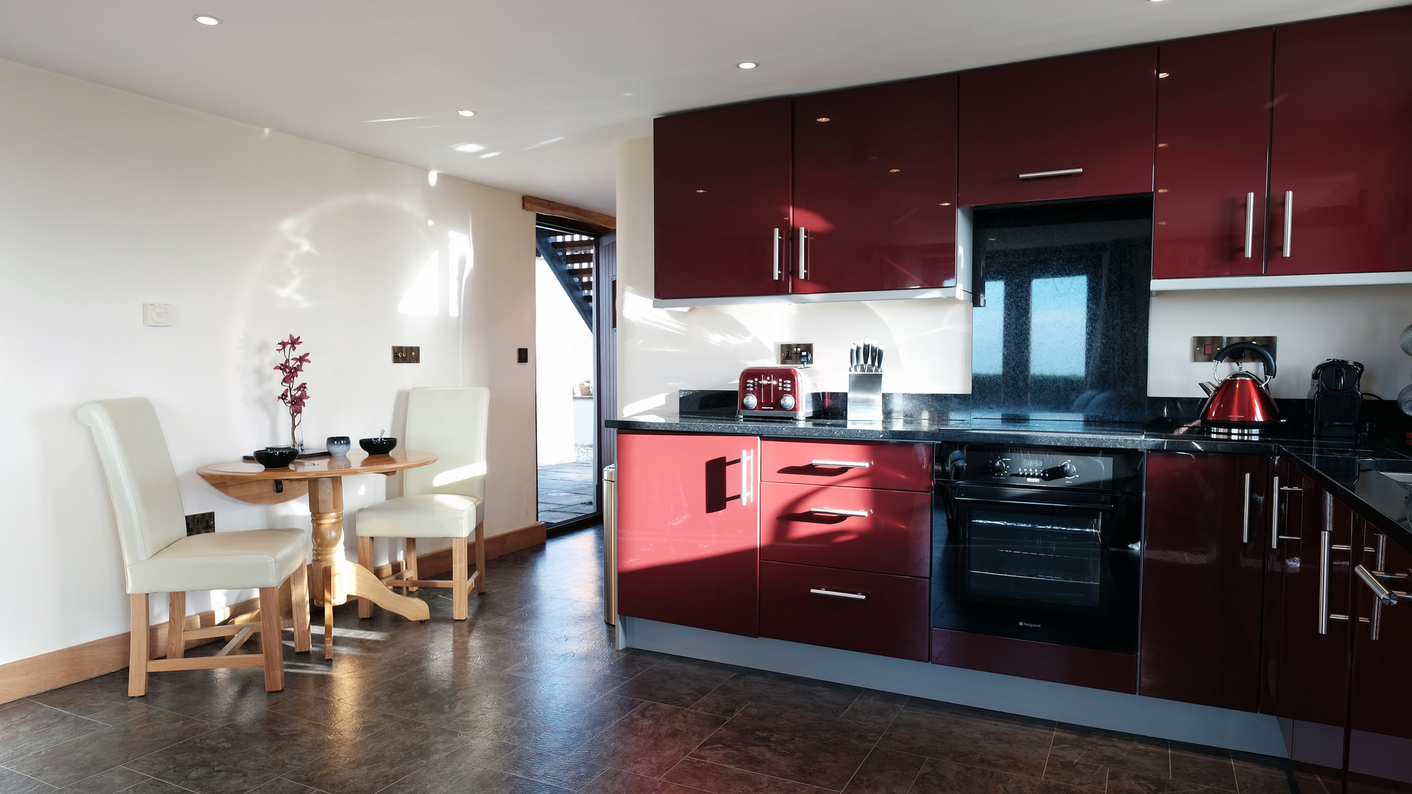 "Fully fitted and equipped ""Boston red"" kitchen"