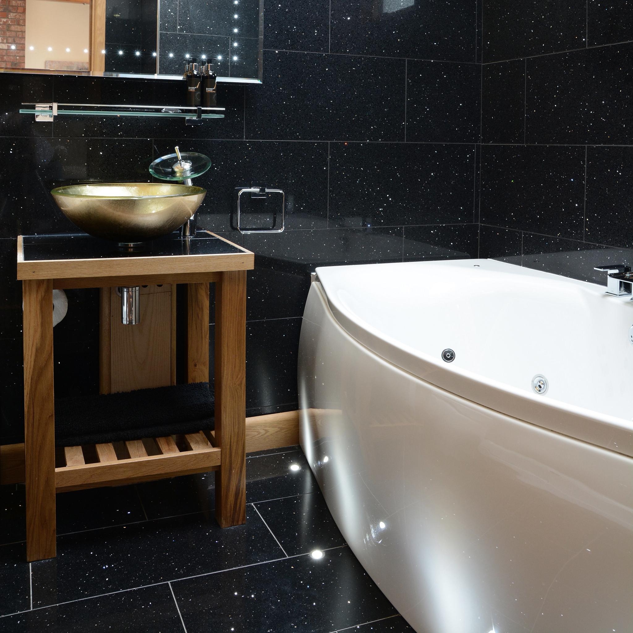 Spa bath and feature sink in the en-suite bathroom of Milky Way