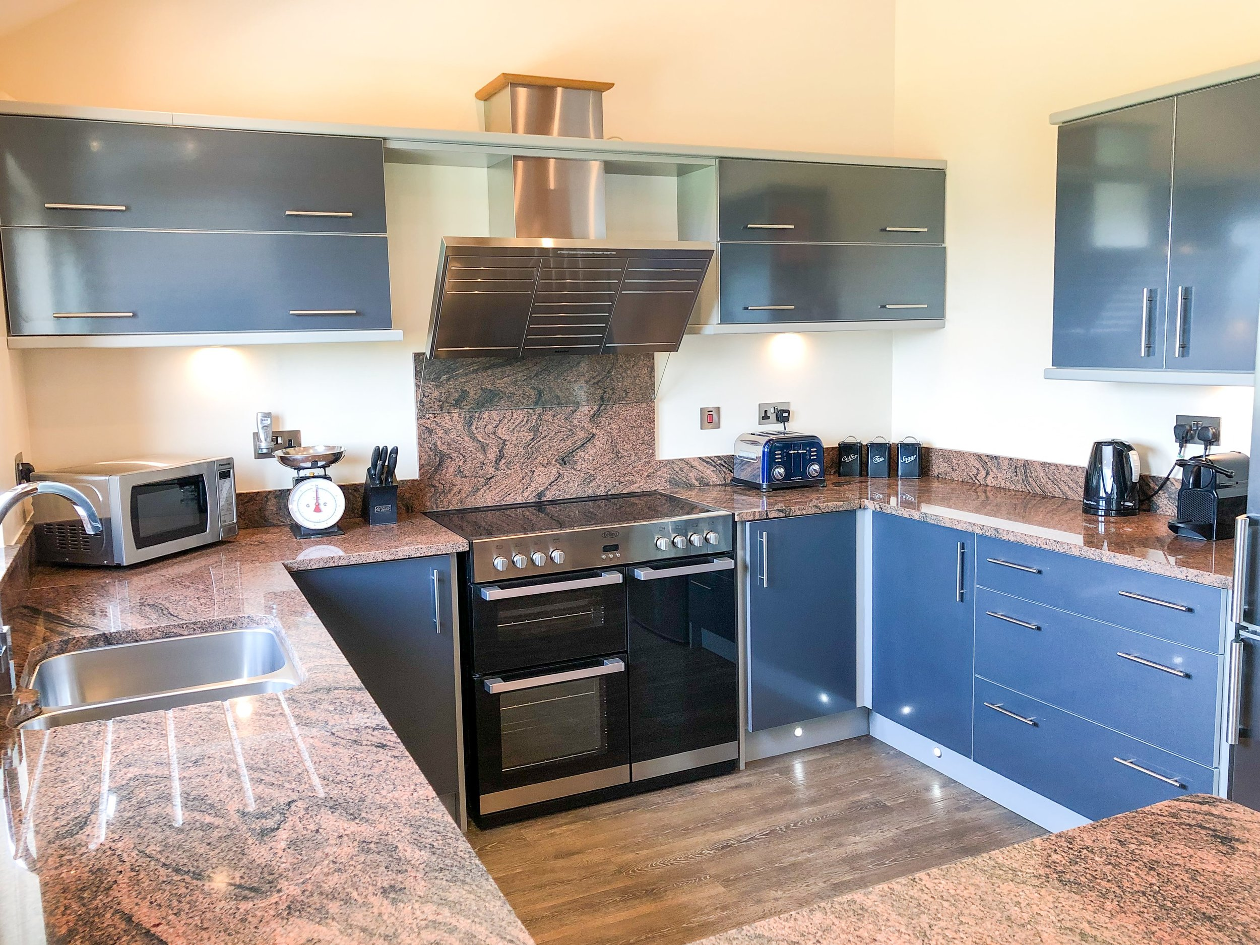 Fully equipped kitchen with double electric oven and granite worktops