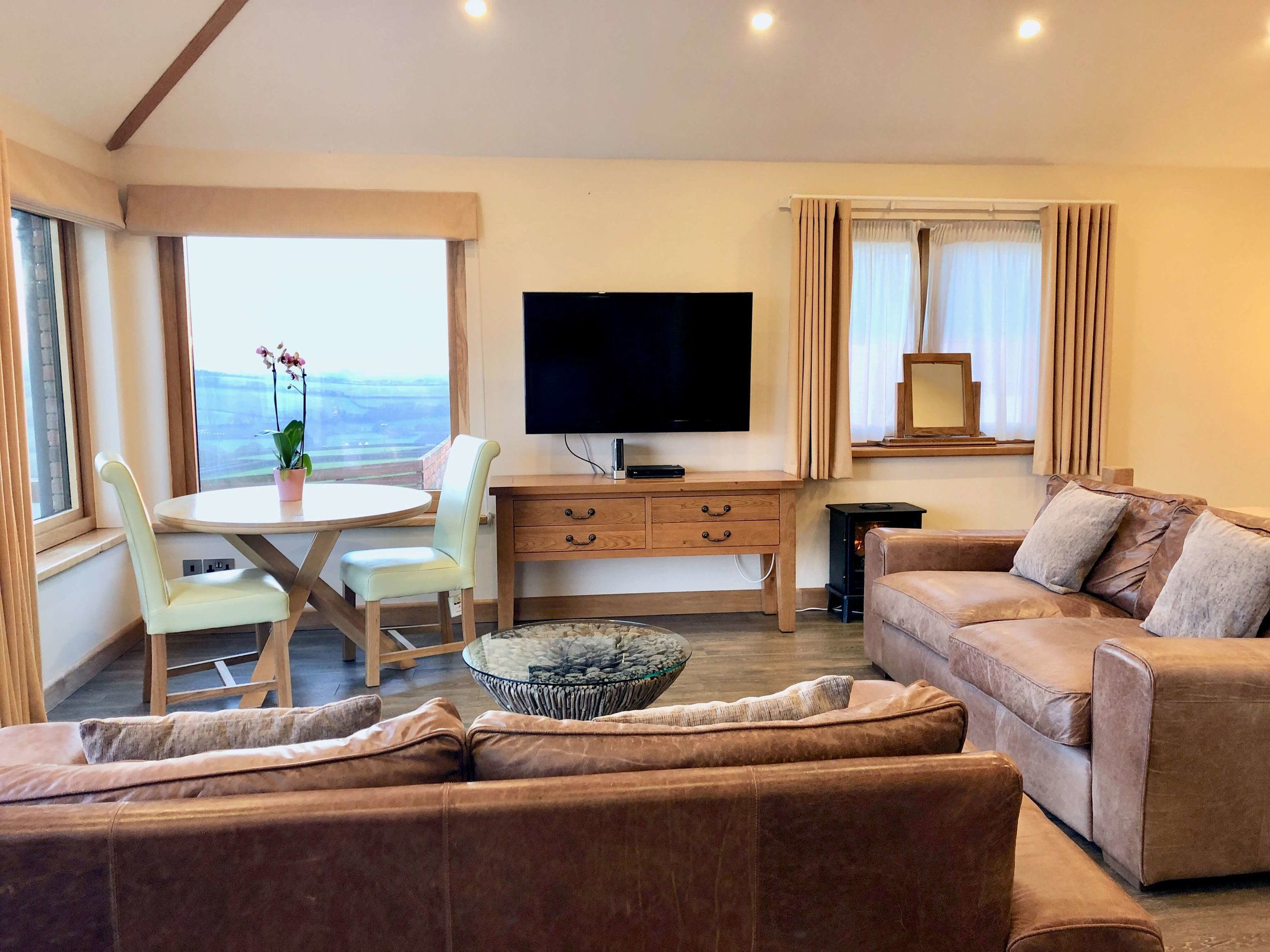 Light open plan apartment with sea views towards Widemouth Bay