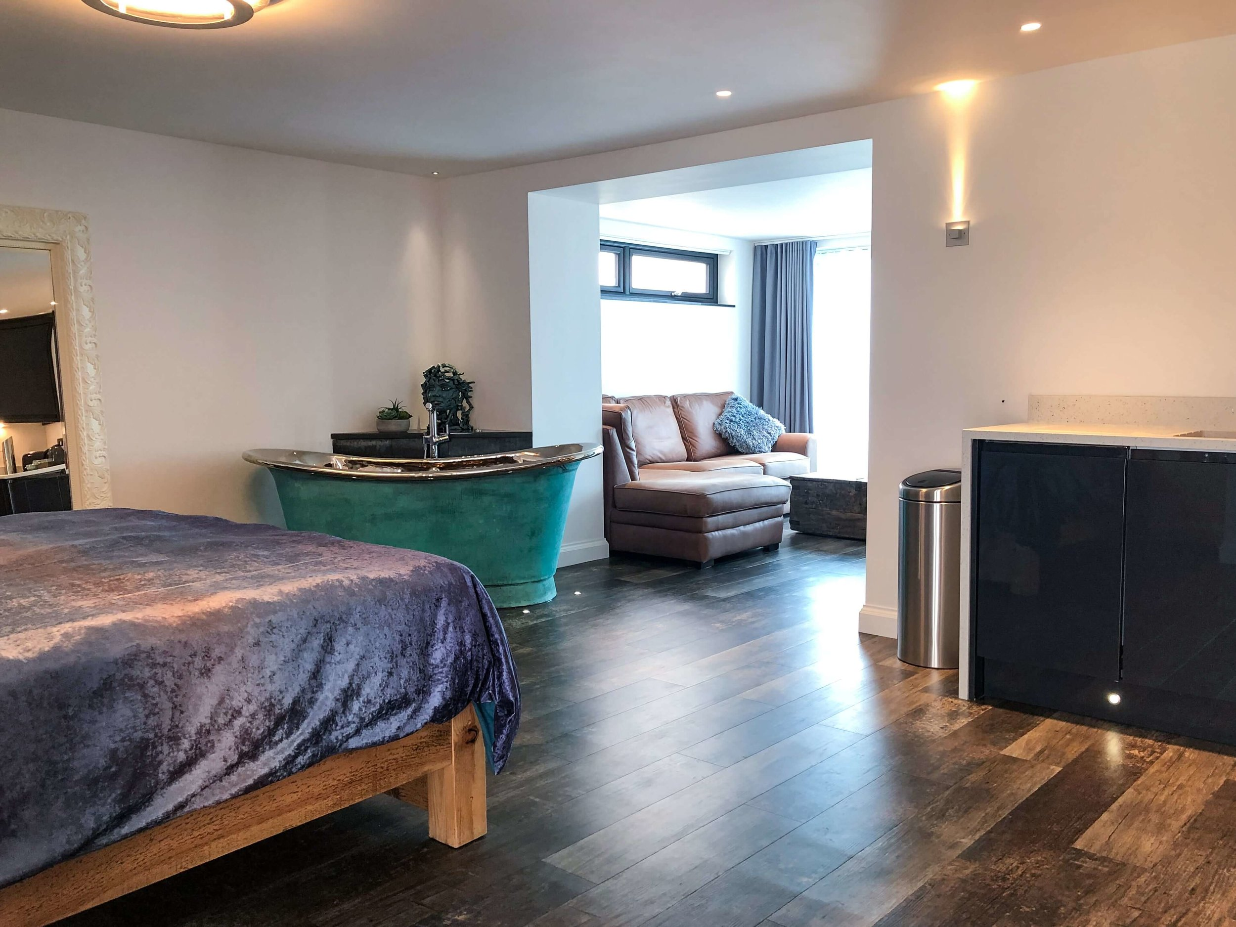 Open plan apartment for two near Bude