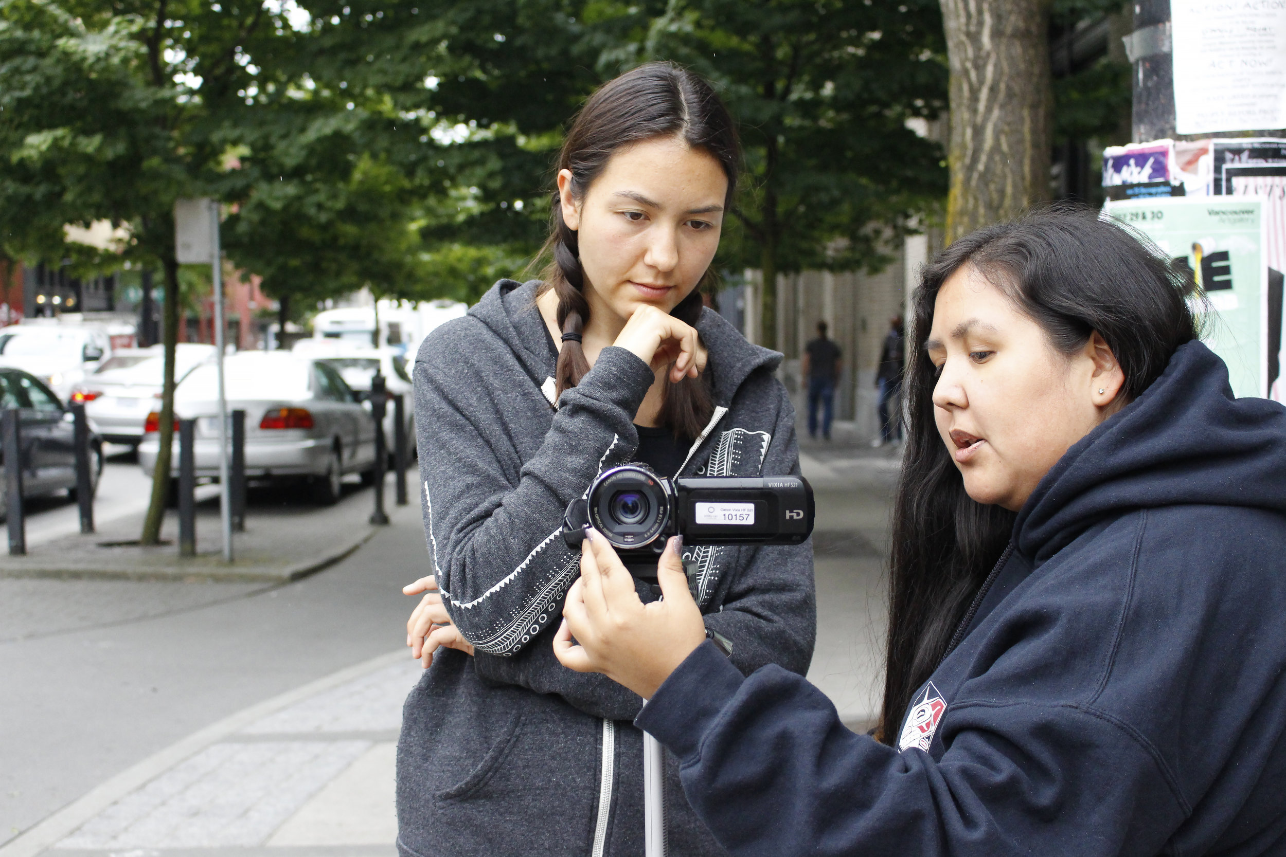 Mentor, Eileen, showing Emma the camera settings.
