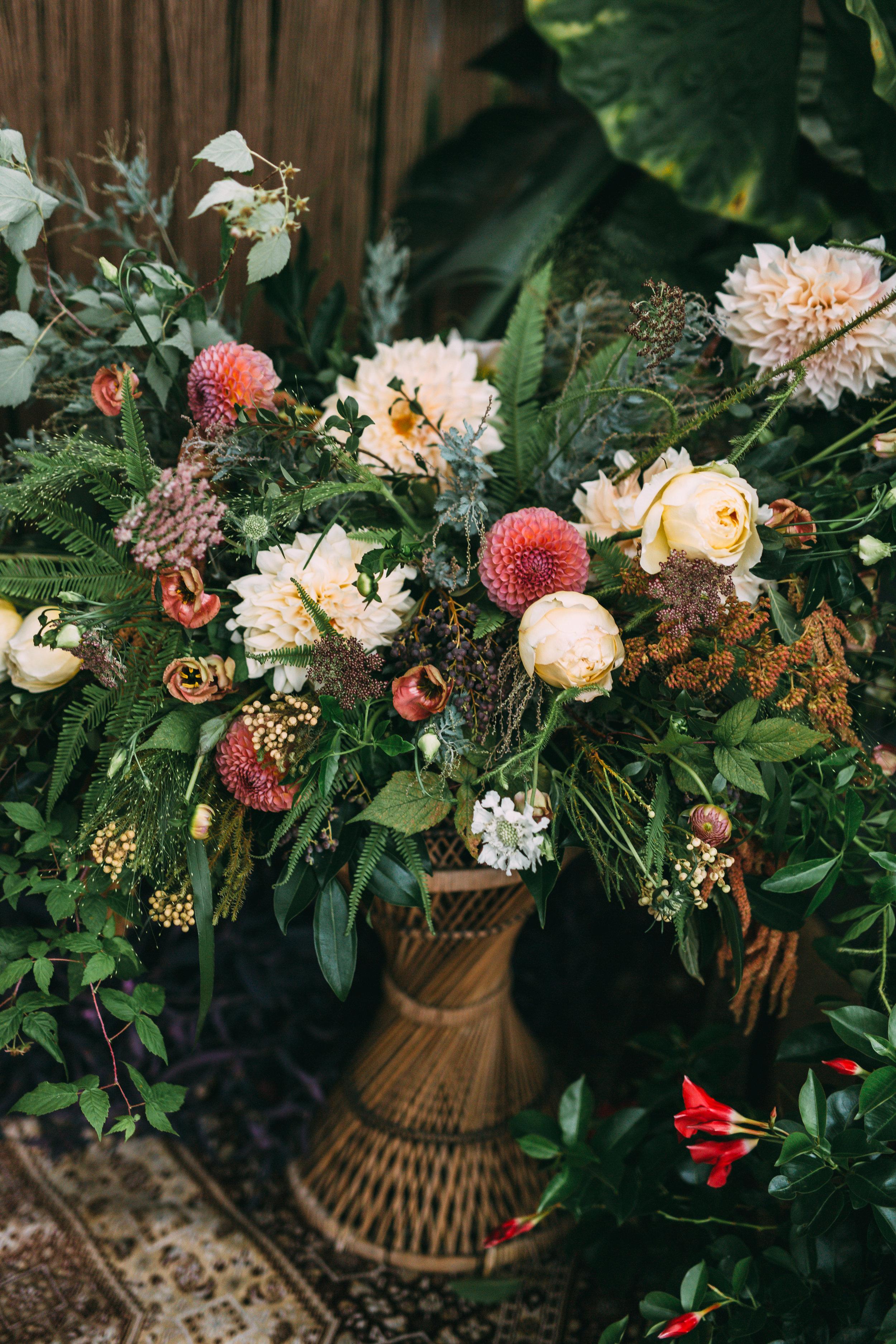amanda cowley events niagara wedding planner free spirit styling bohemian style floral arrangement wicker
