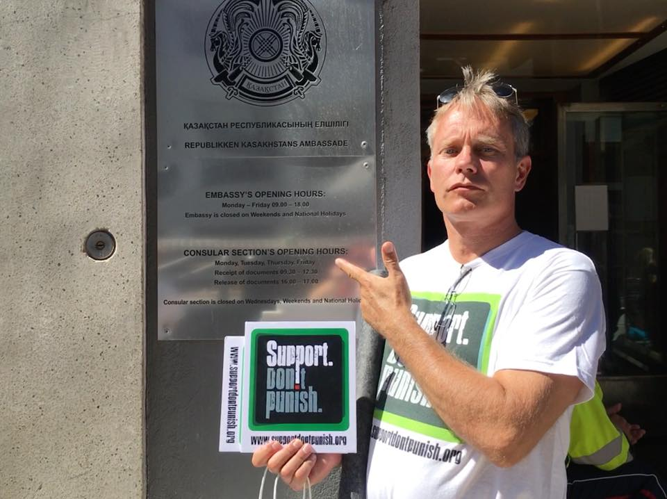 Arild from the Norwegian Drug User Union took the Support.Don't Punish Campaign to the Kazakhstan Embassy, like many others across Europe - to protest against the end of OST. Nice one Arild! We also did this in London, standing together with our peers in Kazachstan!