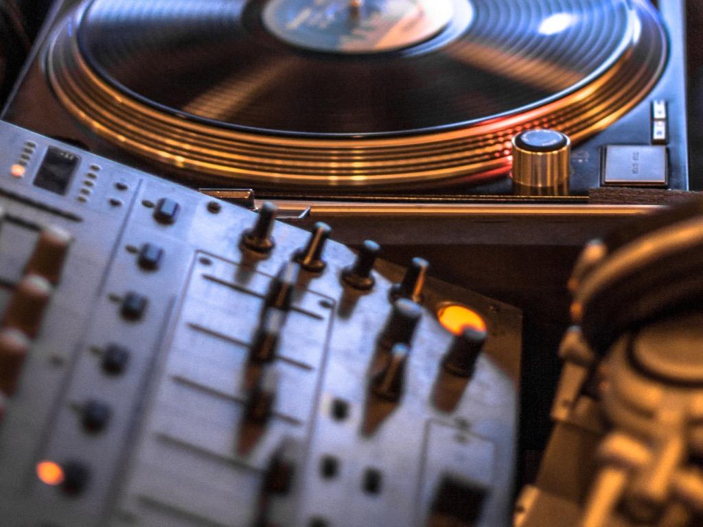 audio-mixer-picture-id584605858.jpg