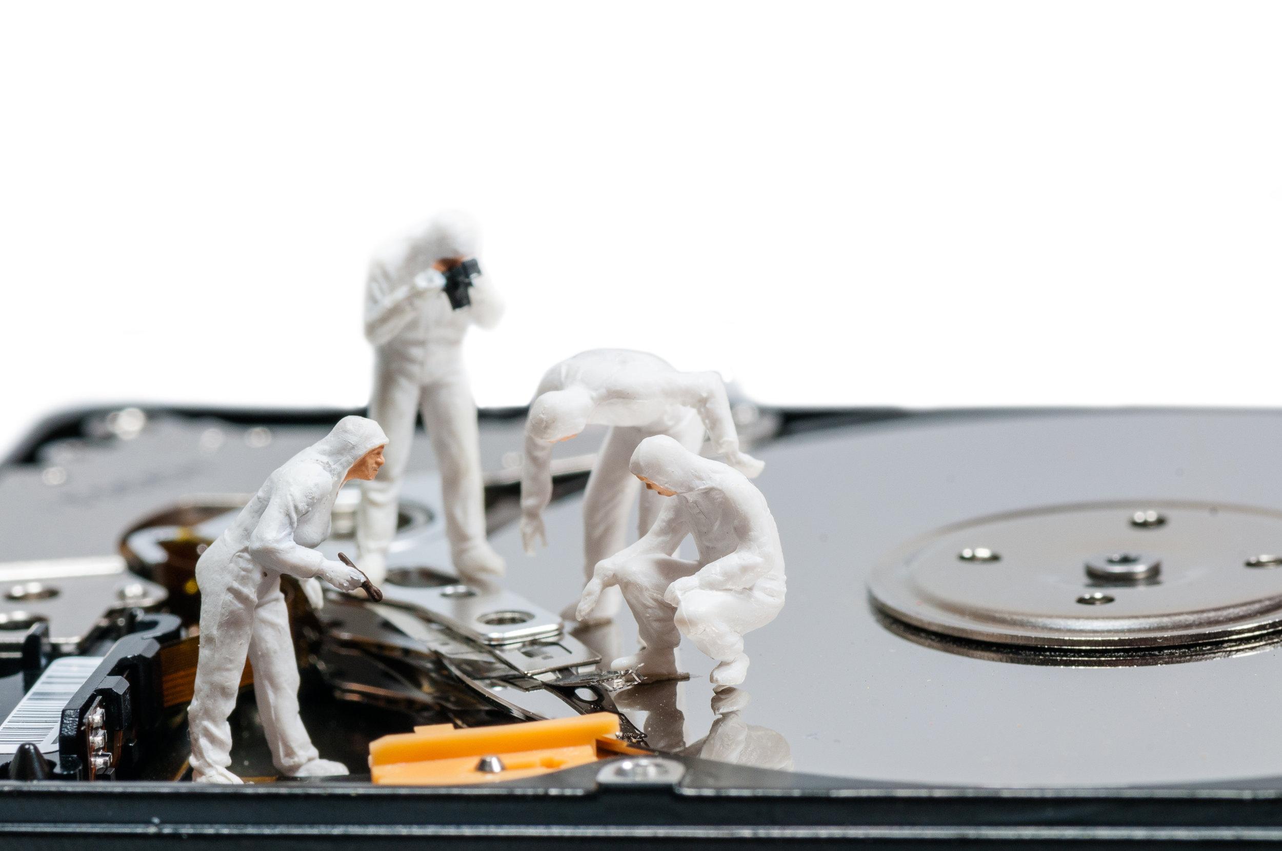 photodune-7442593-group-of-criminologists-inspecting-broken-hard-rive-xl.jpg