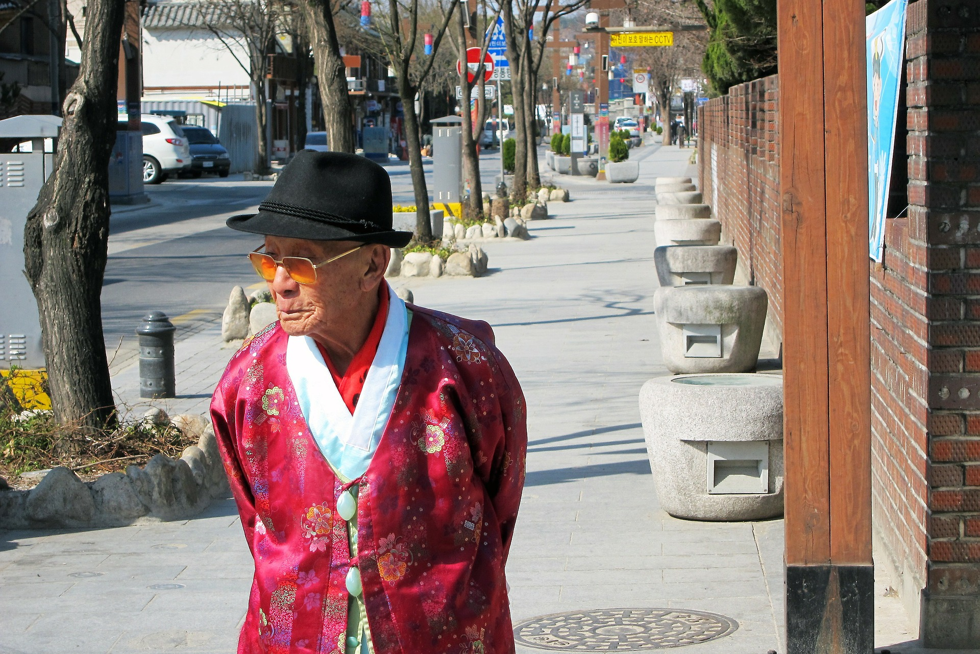 在韓國跟比自己大的人都要說敬語(即使長沒幾歲也是)