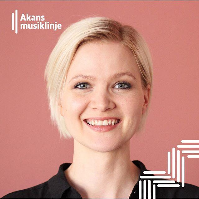 Jessica Lång undervisar i sång på musiklinjen 🎙 Jessica är en mångsidig sångare, pianist och kördirigent som bor i Helsingfors men har en internationell bakgrund. Hon har studerat musikpedagogik vid Sibelius Akademin, med fördjupning i pop/jazz-sångpedagogik och hon utexaminerades till magister år 2015. Sedan dess har hon jobbat som lärare och frilansmusiker.