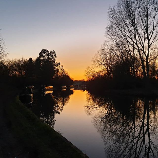 Another dog walk, another sunset ❤️🐕 . . . #sunset #LeeValley #sunsets #sunset_pics #walking #dogwalking #dogwalkinglife #sunsetlover #walking #leevalleypark #river #reflection