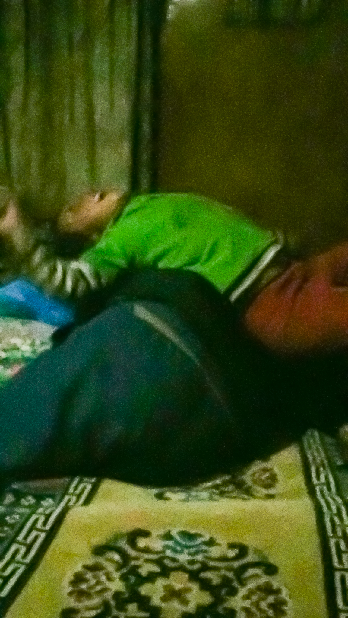 Little girl going crazy on Bo...~