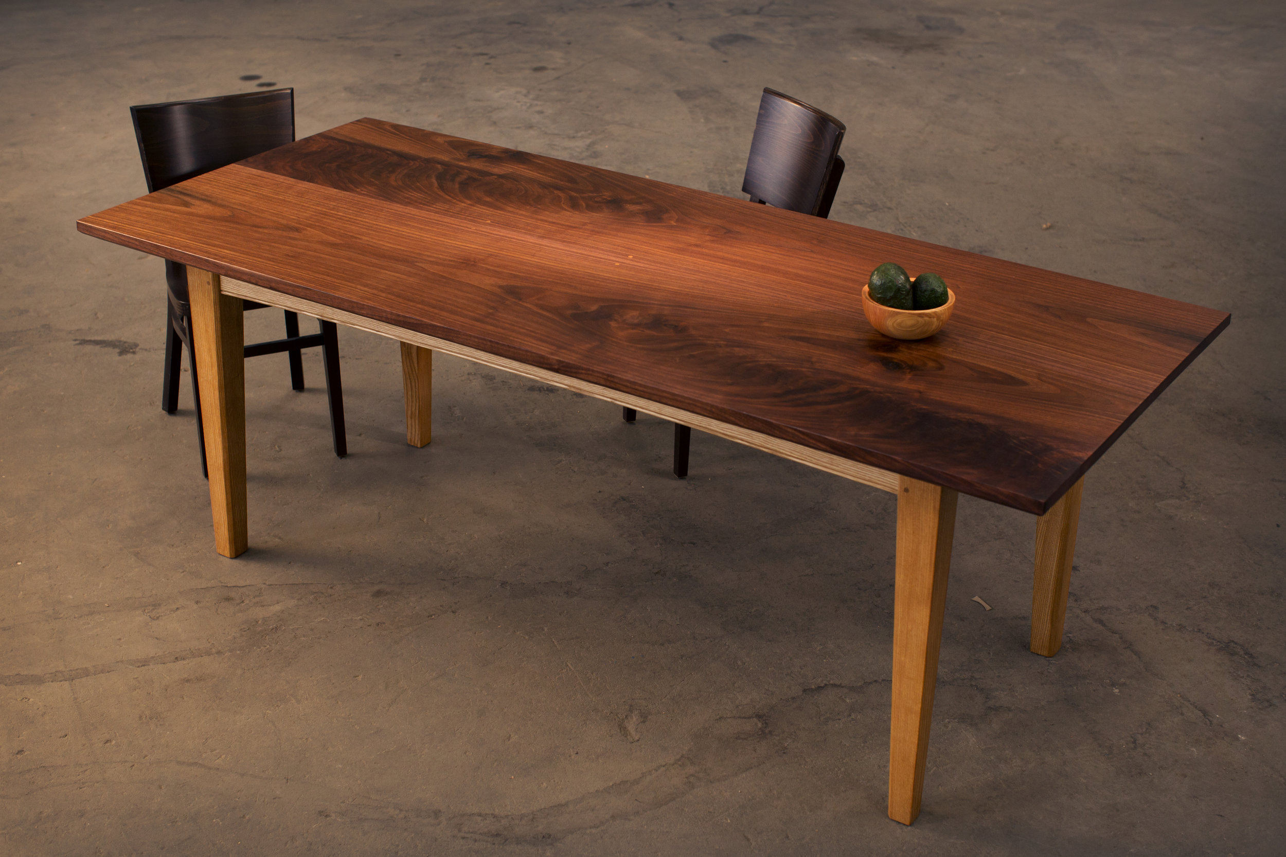 Joint dining table