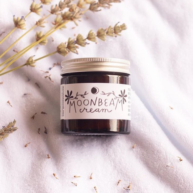 Moonbeam Cream is now stocked in 5 gorgeous brick and mortar shops across the UK (plus one in Spain!), as well as several lovely plastic-free online shops. I'm so chuffed and proud to be part of this earth-loving small business community! And of course you can always find Moonbeam Cream on @etsyuk , where it's on sale for 20% off all weekend in honor of the full moon 🌕 Make sure to check out @the_recostore @beryluneuk  @cleanconscienceuk @turtley_eco @bravegirlgifts @holywaterapothecary and @ecotribeshop (who took this pretty pic)