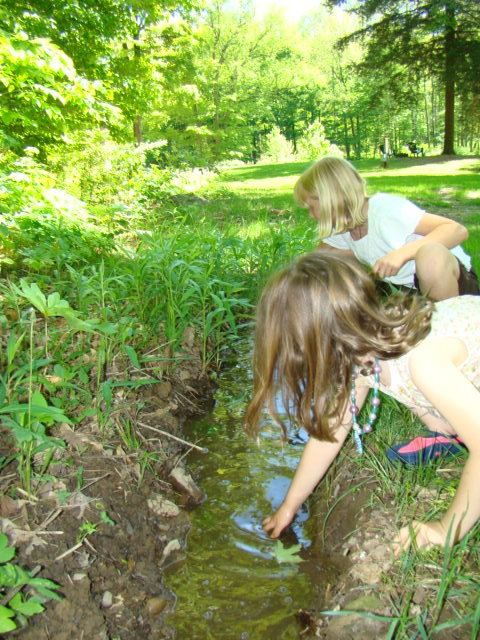 Kids enjoying nature at Wellnesste Lodge