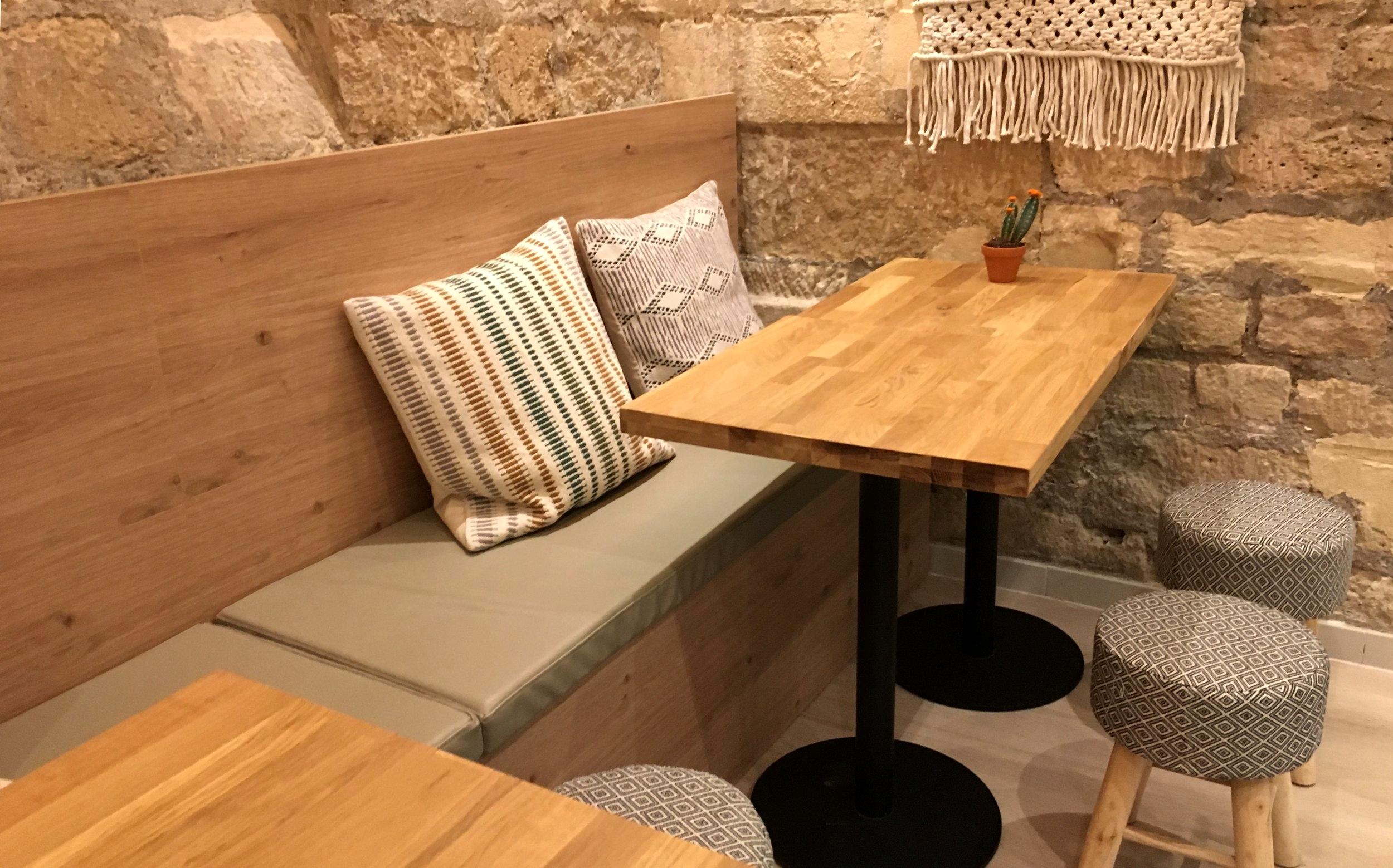 Banquette en similicuir sur-mesure réalisée par Adjamée Concept pour le restaurant Mikuna.