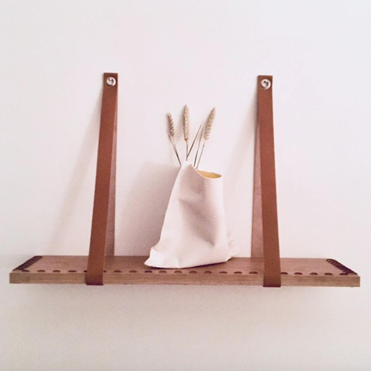 Étagère en bois, brodée avec du fil de cuir et suspendue avec des lanières en cuir •  MAISON S