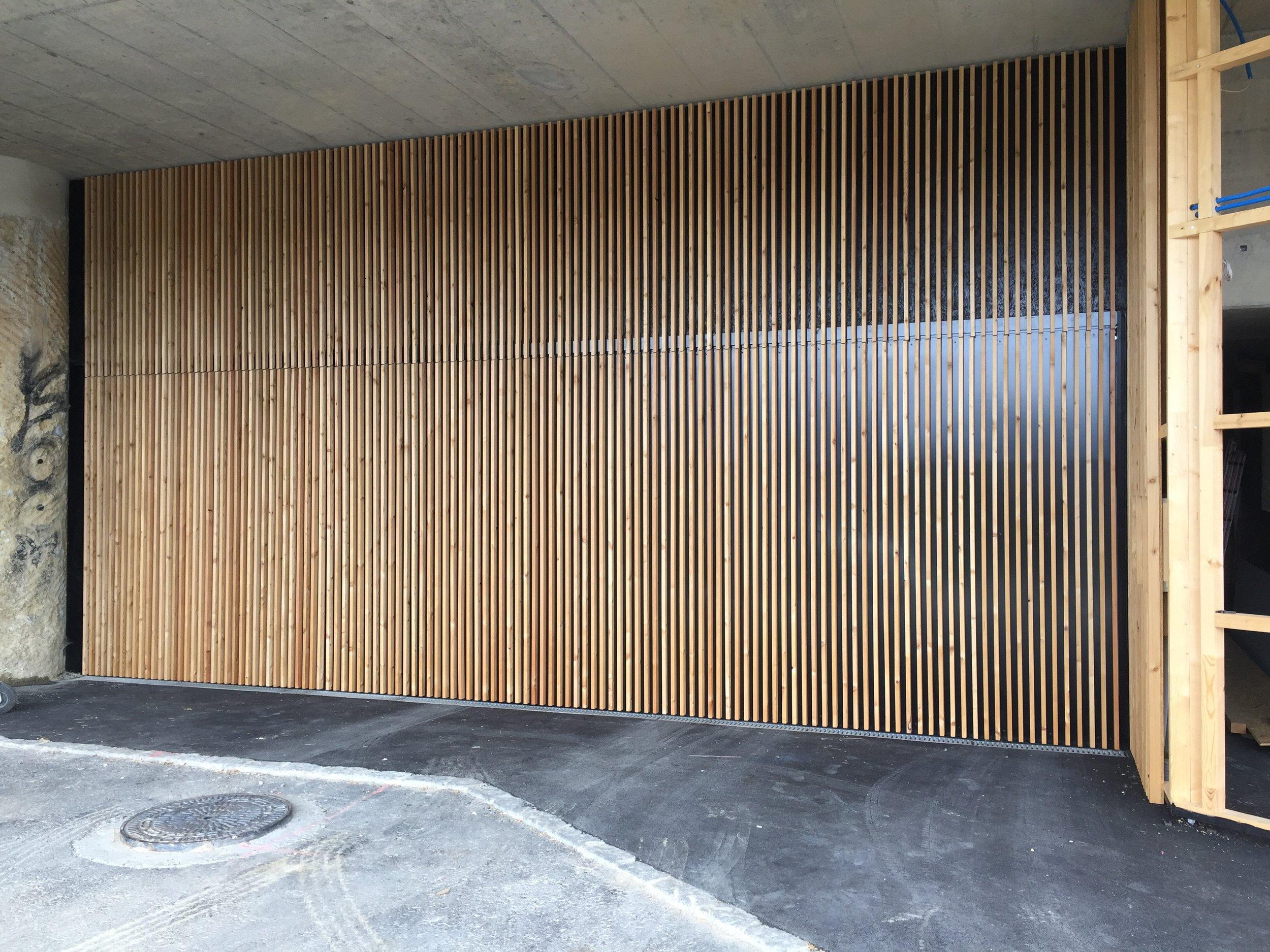 Kipptor mit Holzfüllung analg Fassade.jpg