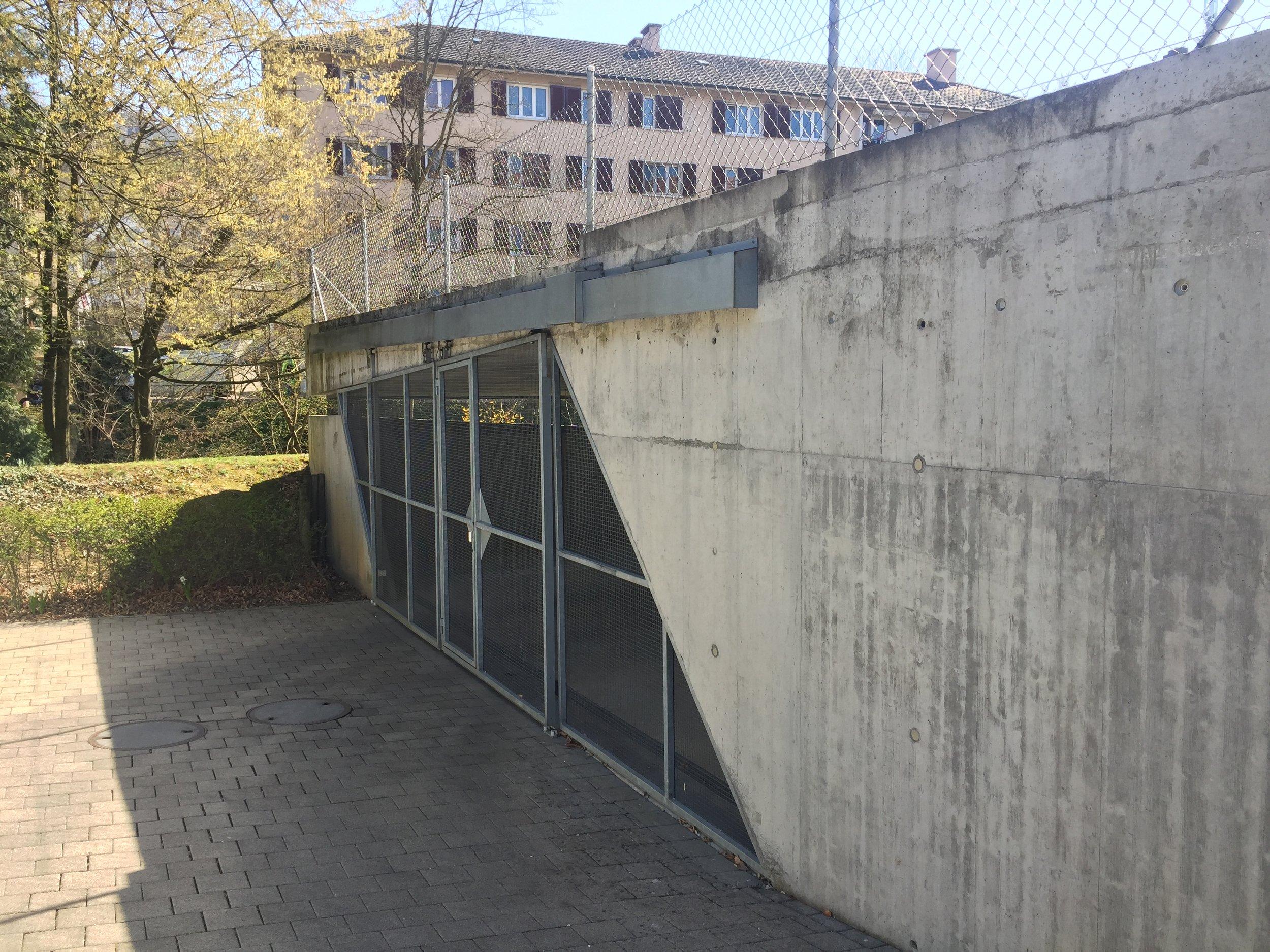Aussenaufhängung Schiebetor Lötscher.JPG