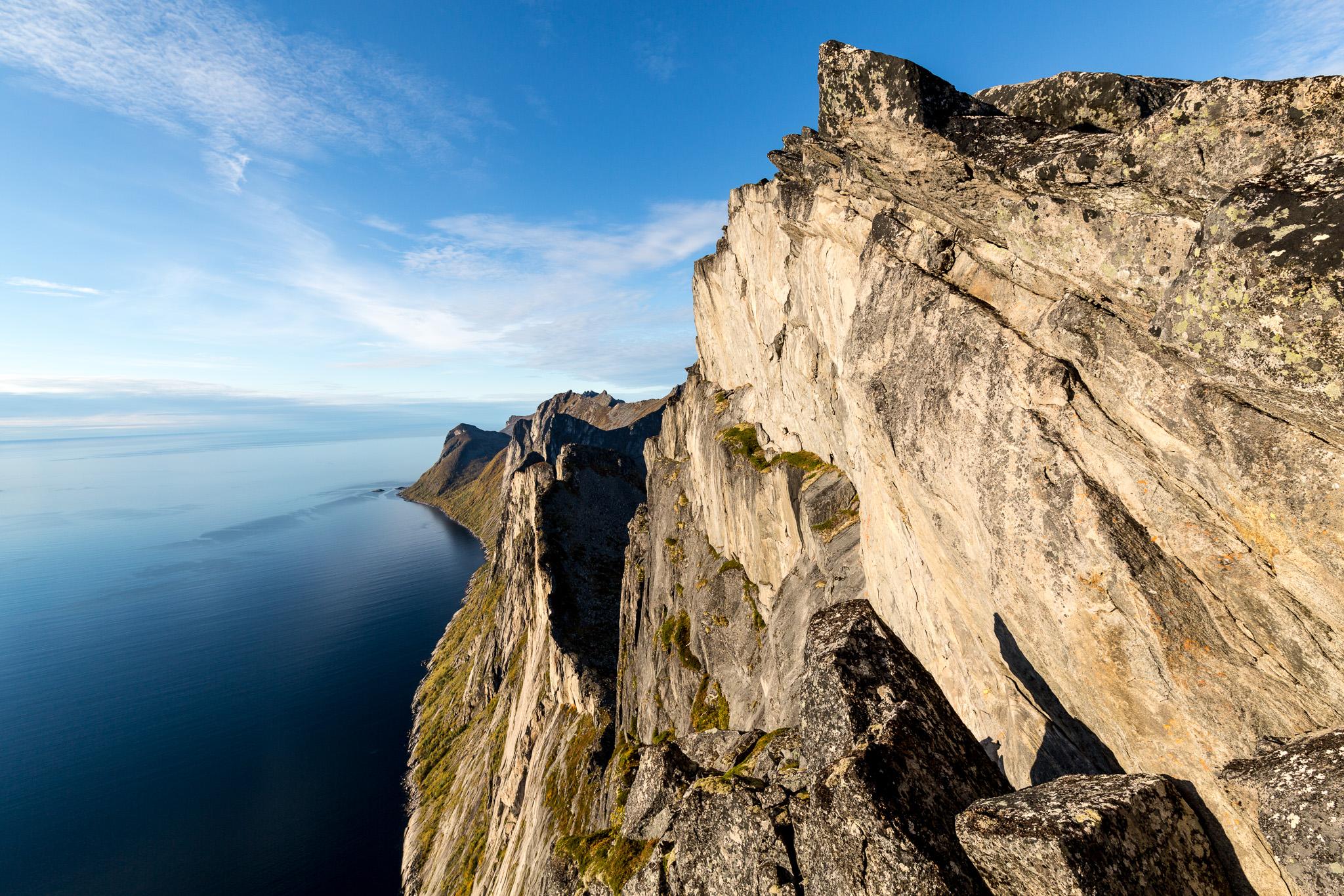 Toppen av Segla er det høyeste punktet her. Bildet er tatt litt før og nedenfor toppen. Det går rett og slett loddrett ned i havet her!