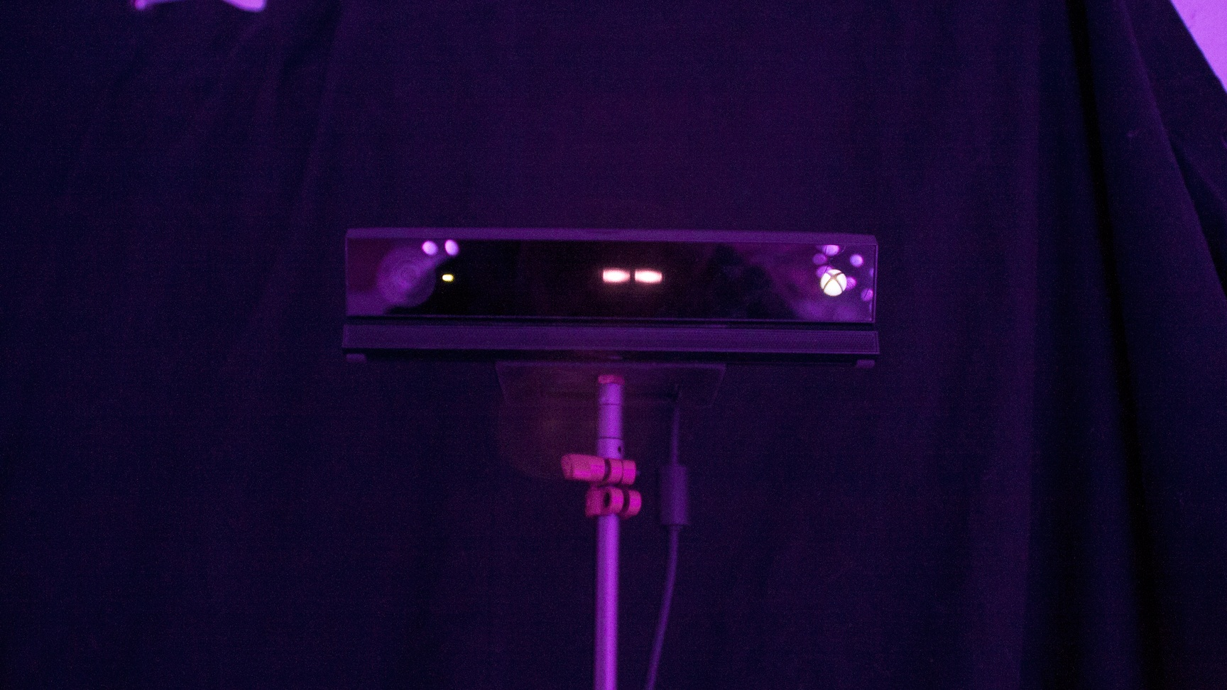 Data from the kinect is analyzed by a neural network, which gives a 'dance amount' for the clubber.