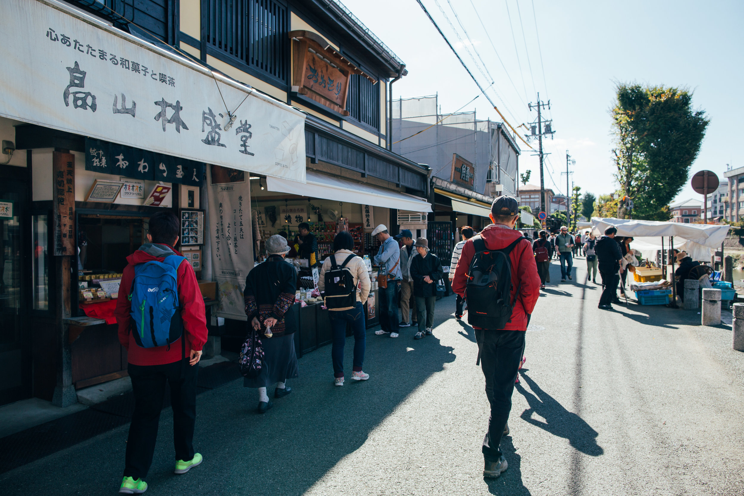 The Miyagawa morning market is basically a single riverside street that runs about a few hundred metres. The other morning market, Jinya-mae market, is located in the parking lot in front of the Takayama Jinya (the old government building, now a museum).