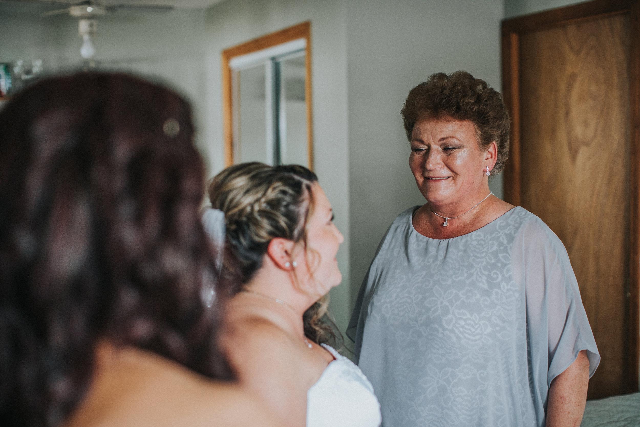 New-Jersey-Wedding-Photographer-JennaLynnPhotography-ValenzanoWinery-GettingReady-49.jpg