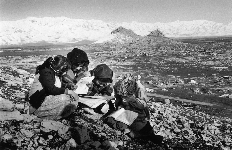 Kurdish immigrants. School girls revising their math lessons. Sayeed Sadiq, Irak, 1992 © John Vink