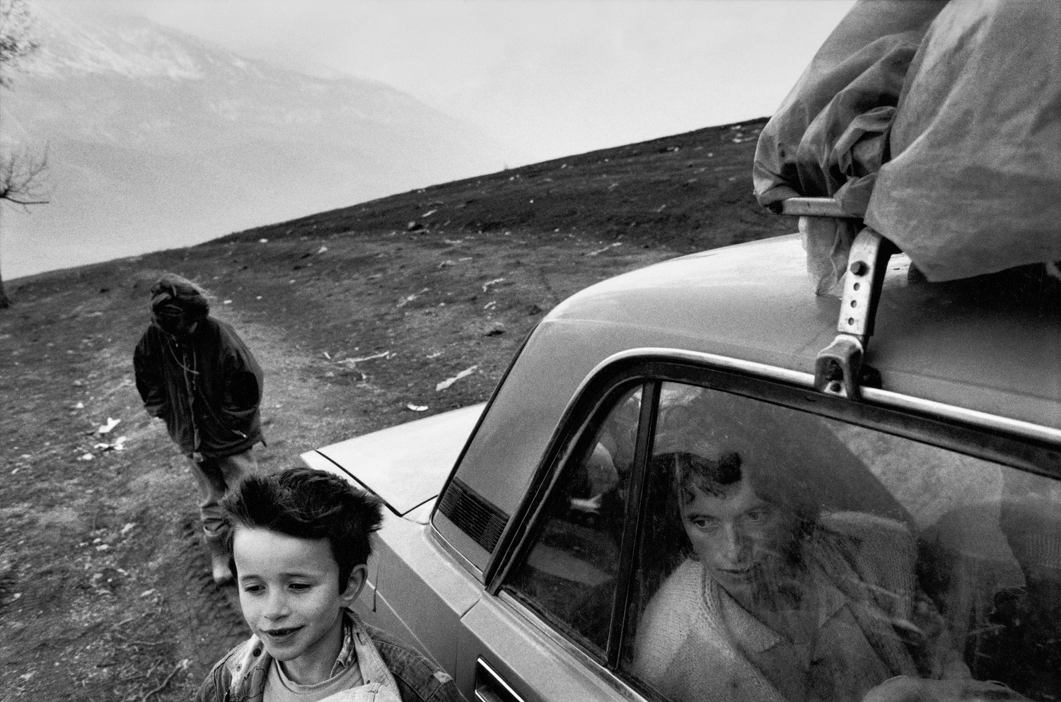 Near the town of Kukes. Refugee family living in a car. Kosovo, Albania, 1999 © Paolo Pellegrin