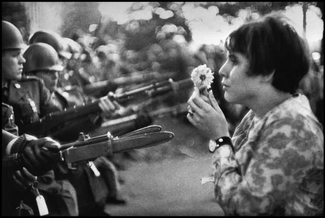 Washington, 21 octobre 1967. Devant le Pentagone, lors d'une marche pour la paix au Vietnam, Jan Rose Kasmir offre une fleur contre les armes © Marc Riboud / Magnum Photo