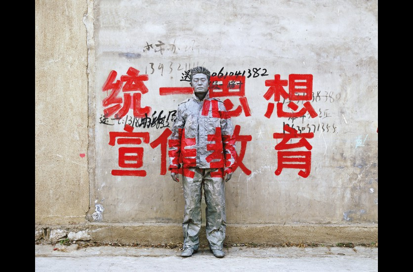 Liu Bolin  Hiding in the City 36 , « Unify the Thought to Promote Education More », 2007 120 x 150 cm © Liu Bolin, courtesy of the artist / Galerie Paris-Beijing