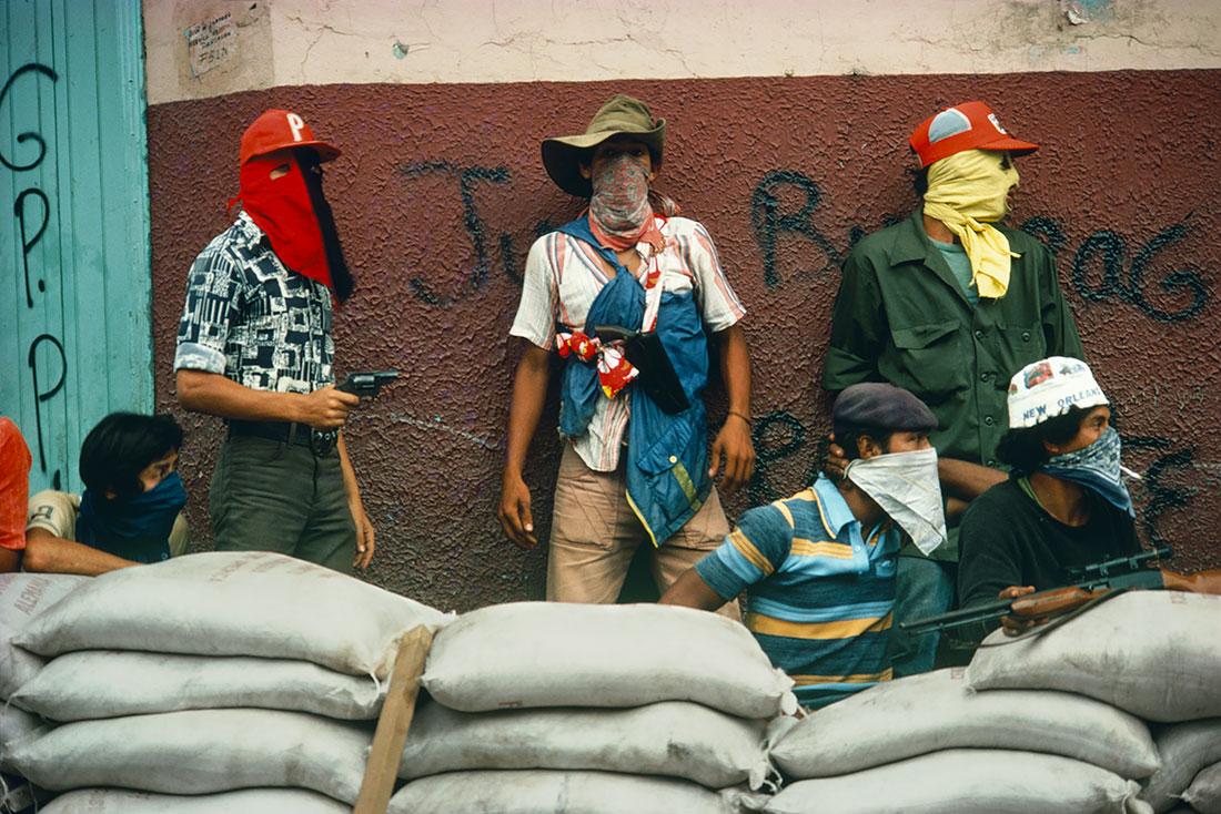 Muchachos attendant la riposte de la Garde nationale, Matagalpa, Nicaragua 1978 Susan Meiselas © Susan Meiselas/ Magnum Photos